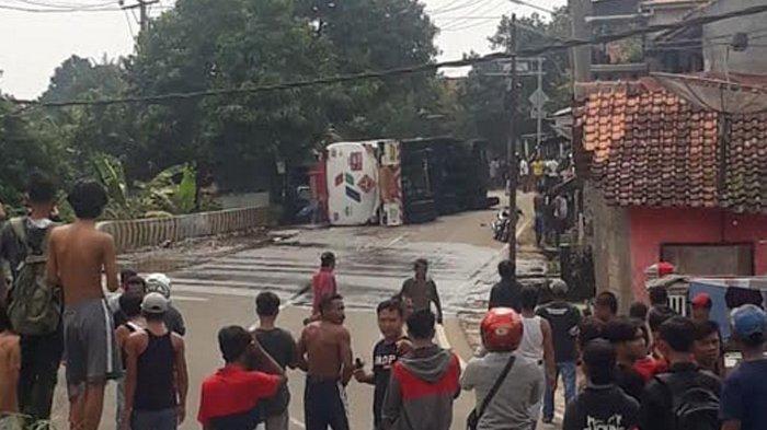 Truk Tanki BBM Pertamina Terguling Di Cigudeg, Bensin Tumpah ke Jalan