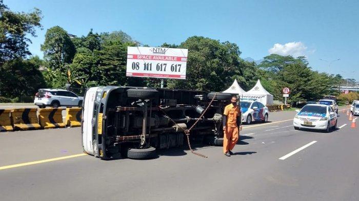 Truk Bermuatan Sembako Terguling di Tol Jagorawi, Polisi Ungkap Penyebabnya