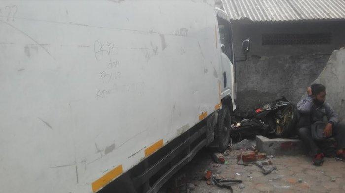 Hilang Kendali, Truk Boks di Bogor Tabrak 3 Motor dan Pagar Ruko