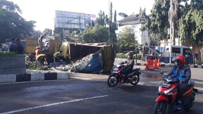 BREAKING NEWS - Oleng saat Putar Arah, Truk Sampah Terguling, Muatannya Berserakan