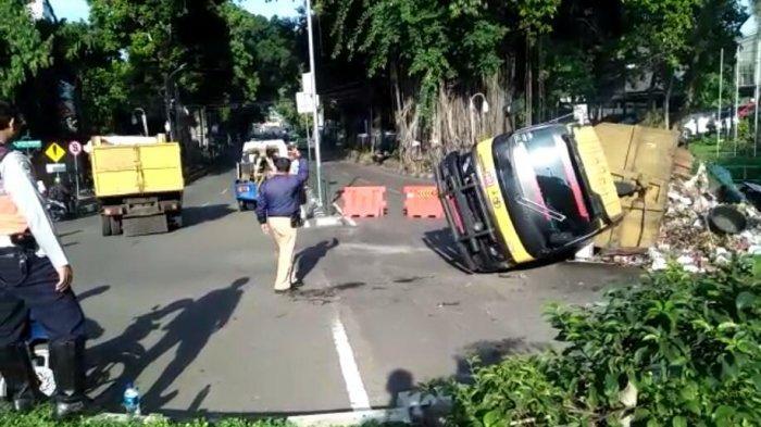Evakuasi Truk Sampah Terguling, Petugas Pindahkan Tumpukan Sampah