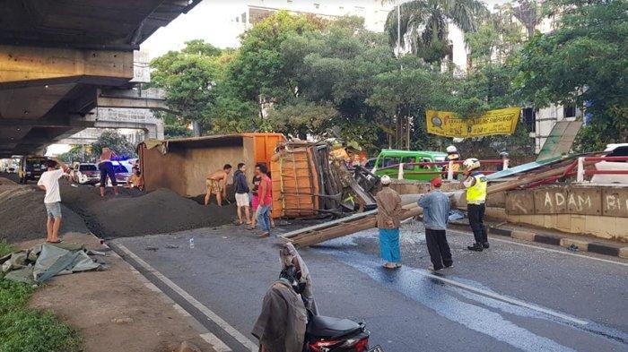 Diduga Terpengaruh Alkohol, Truk Fuso Terguling di Jalan Sholeh Iskandar Bogor