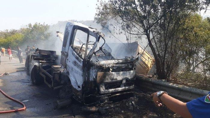 Kecelakaan Kembali Terjadi di Tol Cipularang, Truk Terbalik dan Terbakar
