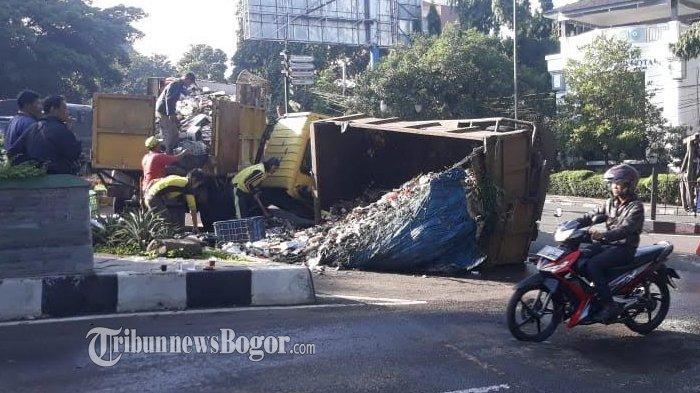 Kronologi Truk Sampah Terguling di Jalan Kapten Muslihat, Begini Kondisi Sang Sopir