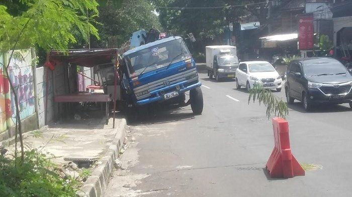 2 Motor Ringsek Terjepit Truk Muatan Paku Bumi yang Amblas Di Jalan Padi Samping Tol Bogor