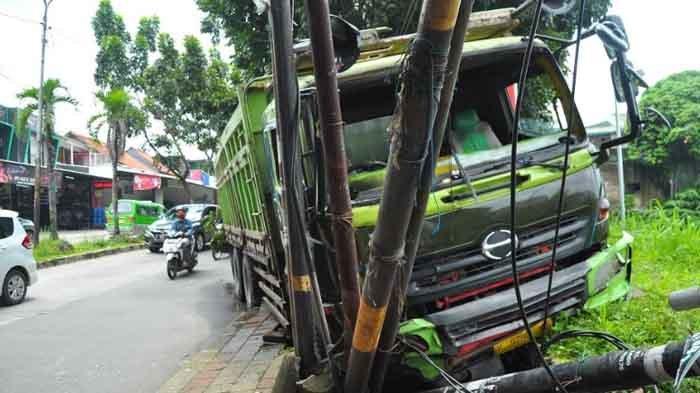 Truk Tronton Tabrak Tiang di Turunan Jambu Dua, Sopir Banting Kiri: Kalau Lurus Banyak Kendaraan