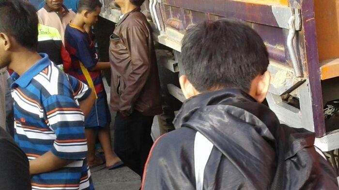 Truk Tronton Tabrak Pejalan Kaki dan Sepeda Motor, Seorang Wanita Tewas