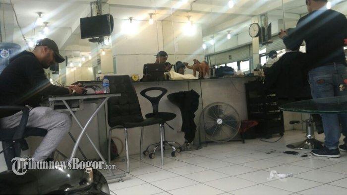 Barbershop di Puncak Ini Pegawainya Orang Arab, Begini Bila Ada Orang Lokal yang Mau Cukur Rambut