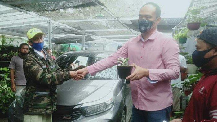 Sutista dan Denny Lacon saat transaksi tukar tanaman hias dengan satu unit mobil Honda Brio.