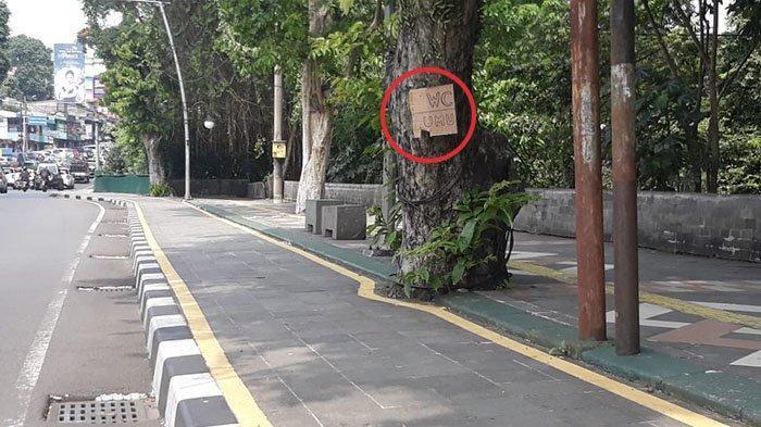 Tulisan WC Terpampang di Pohon Kawasan Jalan Otista, Pejalan Kaki Akui Cium Bau Pesing