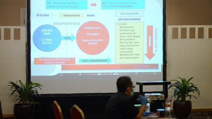 Uji Kelayakan dan Kepatutan (UKK) Tahap Presentasi Makalah dan Wawancara Seleksi Calon Anggota Dewan Pengawas (Dewas) dan Calon Direktur Operasional Perumda BPR Bank Kota Bogor, Selasa (18/5/2021) di lantai satu Hotel Grand Savero Bogor