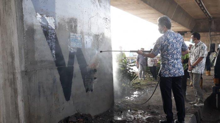 Uji Coba Alat Karcher, Wakil Wali Kota Bogor Hapus Coretan Dinding di Flyover Jalan Sholeh Iskandar