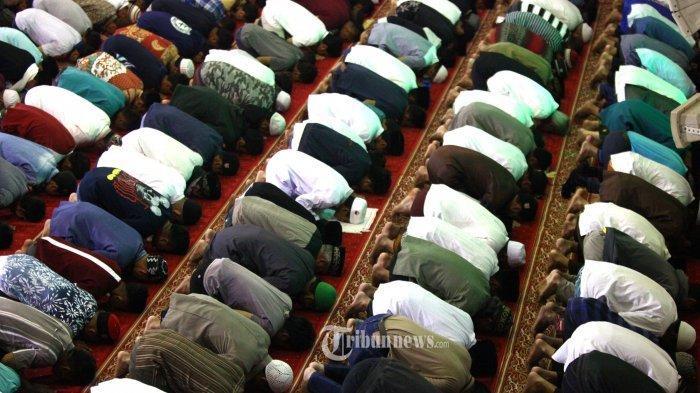 umat-islam-melaksanakan-salat-tarawih-berjamaah.jpg