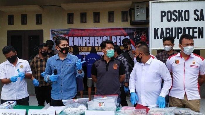 Kasat Reskrim Polres Aceh Singkil, Iptu Noca Tryananto sampaikan konferensi pers terkait pengungkapan tersangka pelaku pembunuhan siswi SMP, Selasa (18/5/2021).