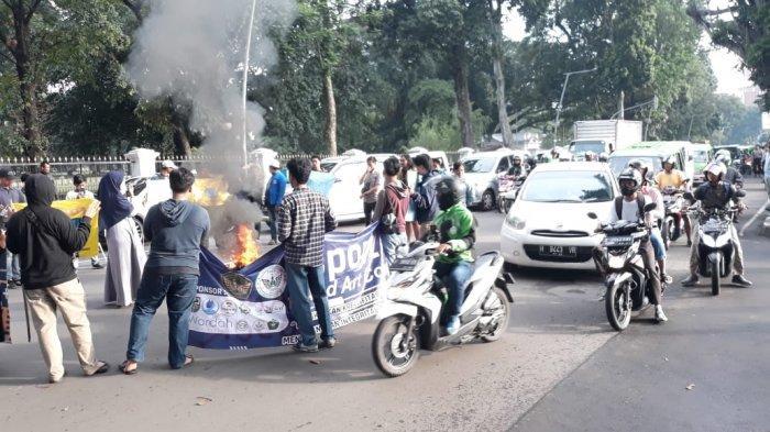 Protes Kinerja PDAM Tirta Pakuan Bogor, Massa PMII Bakar Ban di Tengah Jalan