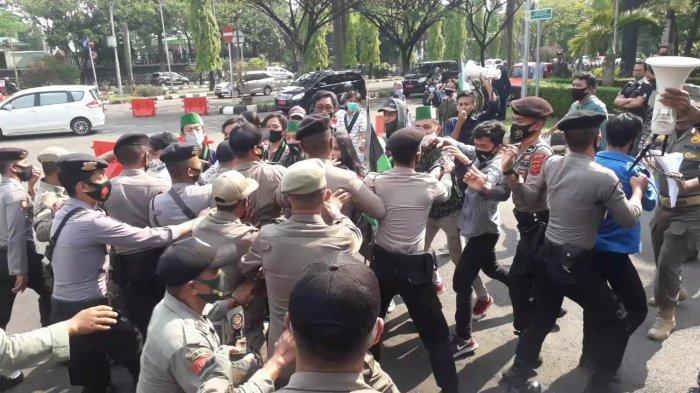 Unjuk rasa mahasiswa di depan gerbang Kantor Bupati Bogor di Jalan Tegar Beriman, Cibinong, Kabupaten Bogor berujung ricuh, Kamis (17/9/2020).