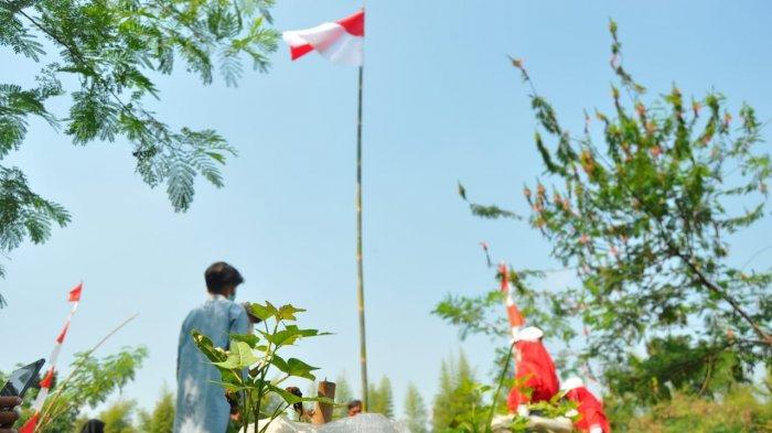Peringati HUT ke-76 RI, Komunitas Peduli Ciliwung (KPC) bersama Satgas Naturalisasi Ciliwung gelar upacara di bantaran Sungai Ciliwung, Selasa (17/8/2021).