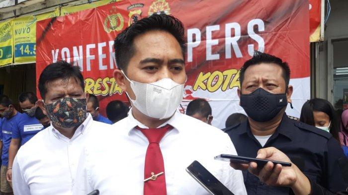 Kasat Reskrim Polresta Bogor Kota Kompol Dhoni Erwanto buka suara soal penjual arum manis korban penodongan.