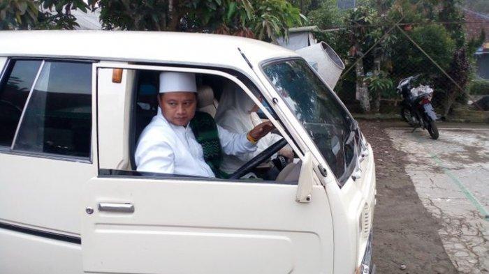 Cawagub Jabar Uu Ruzhanul Ulum Datangi TPS Gunakan Mobil Bersejarah Miliknya
