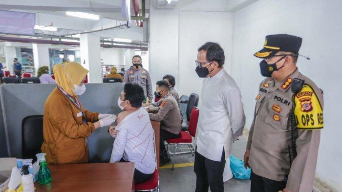 Wali Kota Bogor, Bima Arya dan Kapolresta Bogor Kota, Kombes Pol Susatyo Purnomo Condro meninjau vaksinasi massal gratis di gedung DPRD Kota Bogor, Selasa (27/7/2021).