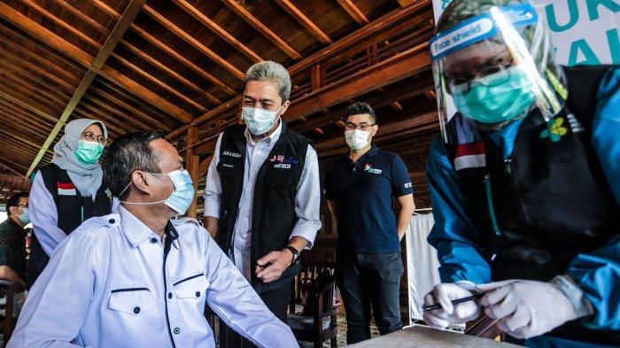 Wakil Wali Kota Bogor, Dedie A Rachim meninjau pelaksanaan vaksinasi massal bagi tenaga kesehatan (nakes) Kota Bogor