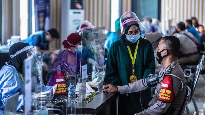 Vaksinasi anggota kepolisian termasuk Polisi RW dilangsungkan di Aula Mako Polresta Bogor Kota, Jalan Kapten Muslihat, Kecamatan Bogor Tengah. Para vaksinator, juga didatangkan dari para anggota di Urkes.