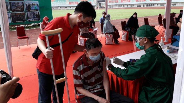 Vaksinasi massal di Stadion Pakansari, Kabupaten Bogor, Kamis (17/6/2021).