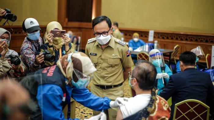 Vaksinasi massal tahap kedua di Kota Bogor yang menyasar pelayanan publik secara resmi dibuka Wali Kota Bogor, Bima Arya di Gedung Puri Begawan, Jalan Raya Pajajaran, Kota Bogor, Senin (1/3/2021).