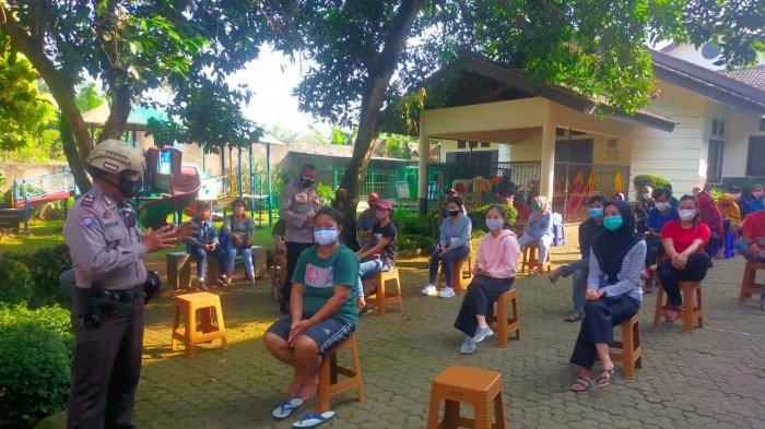 Jemput Bola, Polsek Tajurhalang Bagikan Sembako dan Vaksinasi Warga di Pemukiman Kumuh