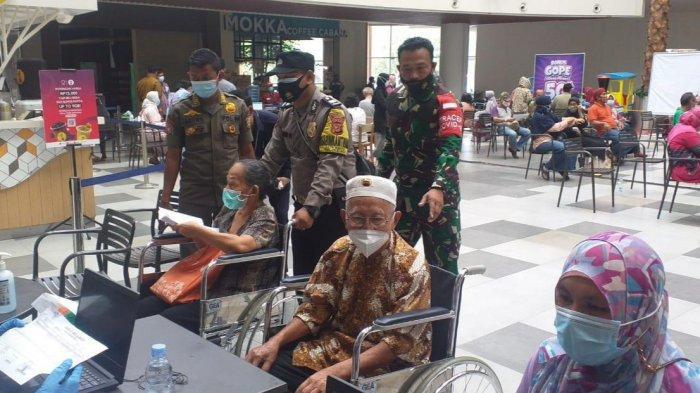 Libatkan TNI - Polri, Vaksinasi Lansia di Cileungsi Kabupaten Bogor Digelar di Dalam Mall