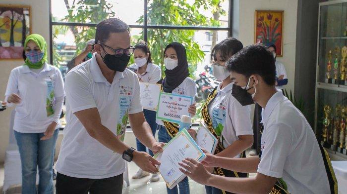 Wali Kota Bogor, Bima Arya secara langsung meninjau pelaksanaan vaksinasi, mulai dari screening, pemberian vaksin hingga observasi.