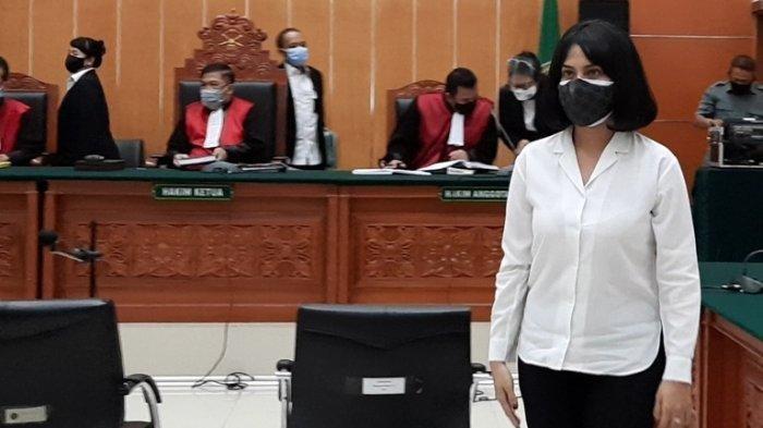 Vanessa Angel setelah memberi keterangan didepan majelis hakim dalam persidangan kasus dugaan kepemilikan dan penyalahgunaan psikotropika di Pengadilan Negeri Jakarta Barat, Senin (5/10/2020). (Tribunnews.com/Bayu Indra Permana)