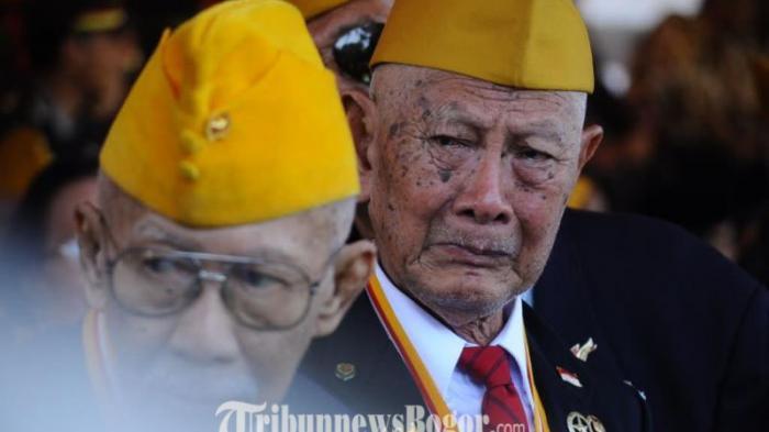 Air Mata Veteran Menetes Saat Wali Kota Memberi Hormat