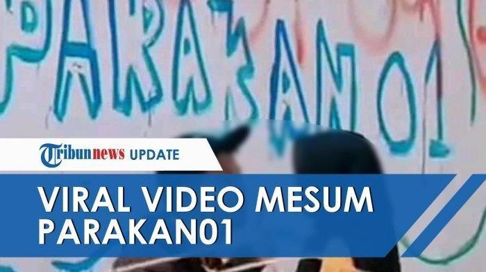 Sebuah video tindakan asusila dua orang remaja di depan dinding bertuliskan Parakan 01 menjadi viral di media sosial.
