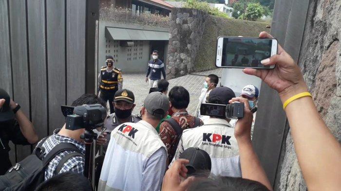 BREAKING NEWS - Vila Mewah Mantan Sekretaris MA Nurhadi di Puncak Bogor Disambangi Tim KPK