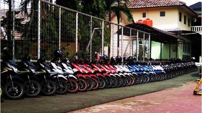 Satpam Rajin Rapikan Sepeda Motor Sesuai Warna, SMAN 4 Tangerang Selatan Kedatangan JKT48