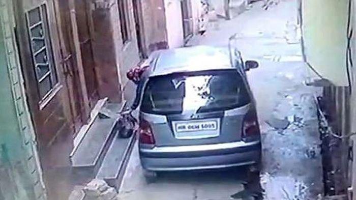 Terekam CCTV, Wanita Ini Buang Bungkusan di Depan Rumah Orang, Saat Dibuka Ternyata Isinya . . .