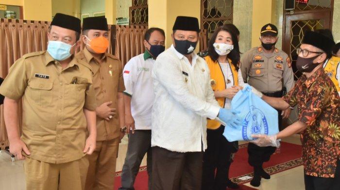 Libatkan Swasta, Wagub Jabar Salurkan Bantuan Paket Sembako untuk Warga Tajur Halang Bogor