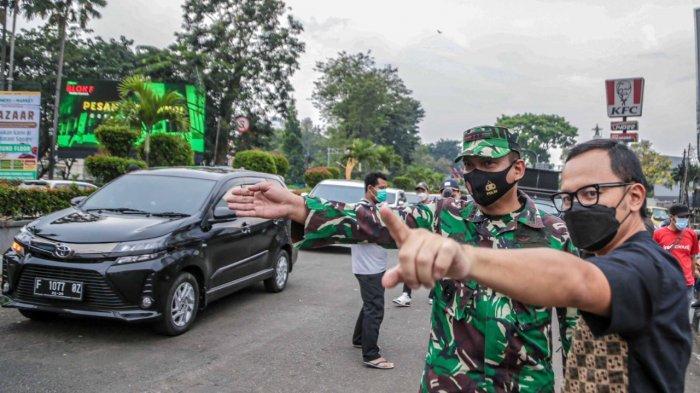 Wali Kota Bogor Bima Arya meninjau penerapan ganjil genap di jalur Sistem Satu Arah (SSA) atau di seputaran Kebun Raya Bogor, Sabtu (1/5/2021).