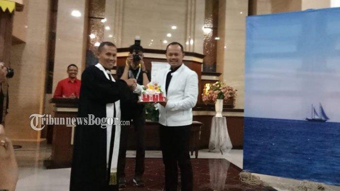Malam Natal, Wali Kota Bogor Bawa Kue ke Gereja