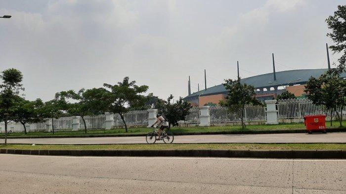 Jaga Kondisi Tubuh Ditengah Wabah Corona, Warga Cibinong Berolahraga di Area Pakansari yang Sepi