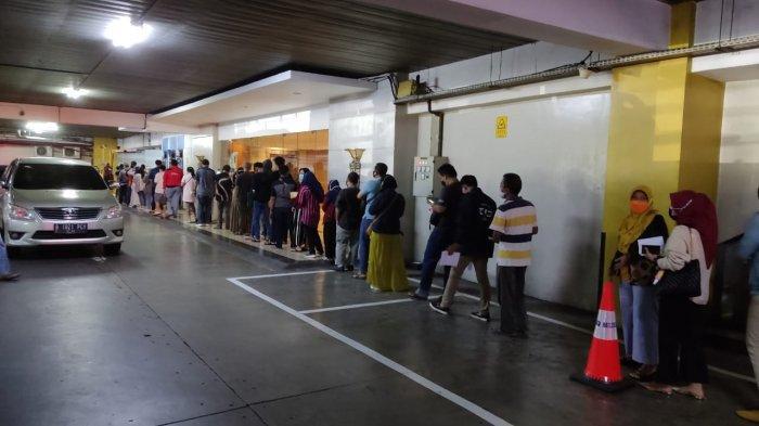 Warga rela mengantre untuk mendapatkan vaksinasi di Puri Begawan