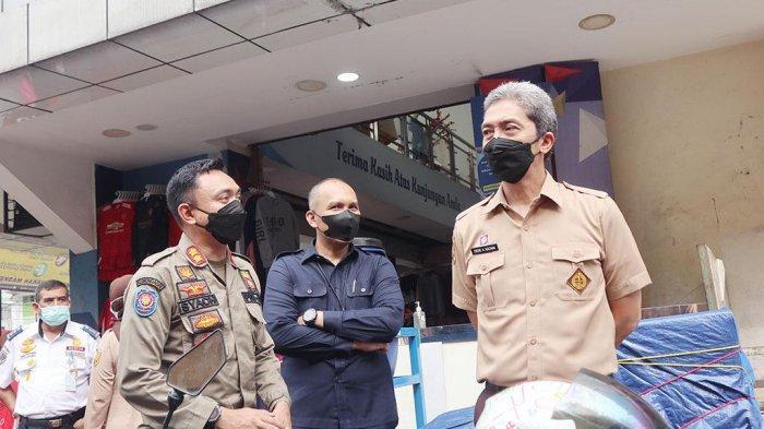 Wakil Wali Kota Bogor, Dedie A. Rachim didampingi Perumda Pasar Pakuan Jaya dan dinas terkait meninjau sentra kuliner Teras Surken di Jalan Suryakencana, Kota Bogor, Senin (14/6/2021).
