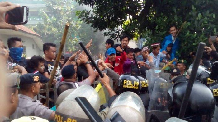 Eksekusi Wisma Latimajong di Bogor Berujung Ricuh, Mahasiswa Hadang Petugas Pakai Bambu