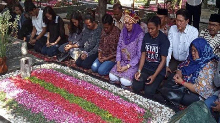 Pakai Mahkota Burung Khas Papua, Yenny Wahid dan Mahasiswa Papua Berziarah ke Makam Gus Dur