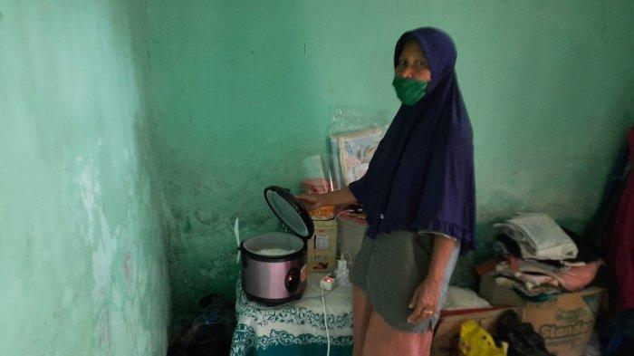 Yoyoh (50) saat menunjukan penanak nasi otomatis