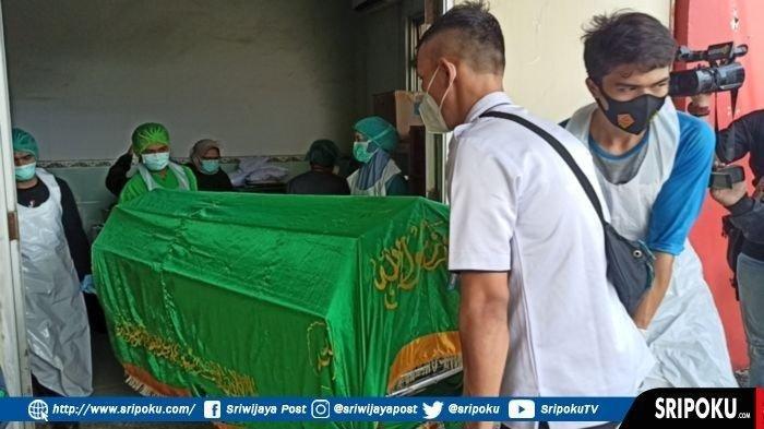 Jenazah janda muda bernama Yuliana saat akan dibawa ke rumah duka menggunakan ambulance RS Polri M Hasan Palembang, Rabu (6/1/2021). (SRIPOKU.COM/BAYAZIR AL RAYHAN)
