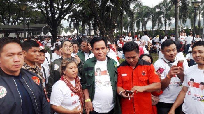 Sejumlah Tokoh Hadiri Pidato Konvensi Rakyat Jokowi di Bogor, Yusril Sempatkan Berfoto Bareng Warga
