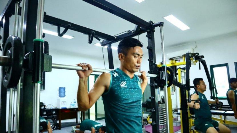 munadi-saat-melakukan-sesi-latihan-gym.jpg