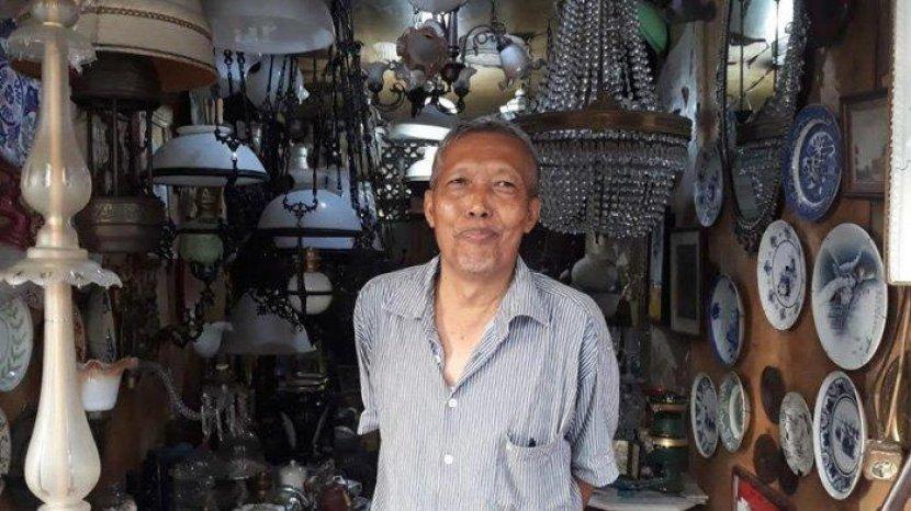 omo-penjual-barang-antik-di-pasar-antik-menteng-jakarta-pusat-pada-rabu-3172019.jpg